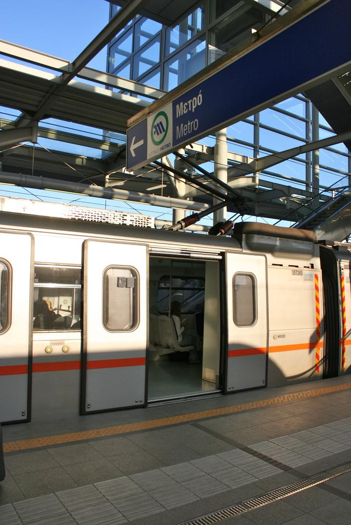 Συρμός του Μετρό στο Σιδηροδρομικό Σταθμό του Αεροδρομίου