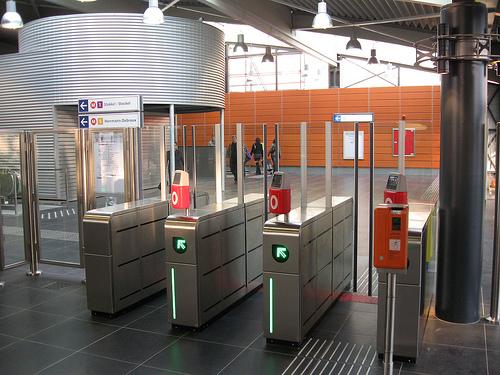 Πύλες εισόδου επιβατών σε σταθμό Μετρό των Βρυξελλών