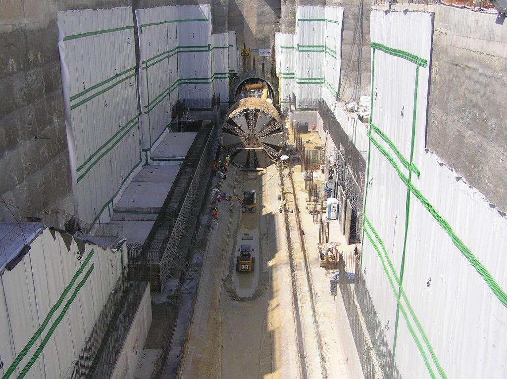 Ο «Ιππόδαμος» κατά την είσοδό του στο σταθμό της Αγίας Βαρβάρας. Πηγή: Αττικό Μετρό Α.Ε.