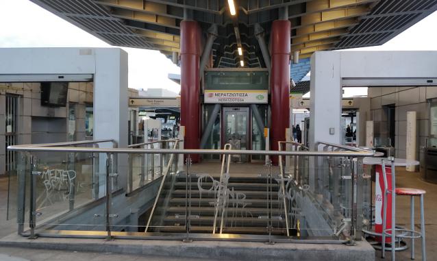 3 εικόνες ντροπής από το σταθμό Νερατζιώτισσα του Προαστιακού